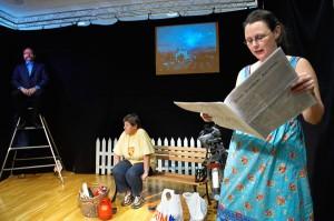 Ellen Saur i forgrunnen. På benken: Anne Margrethe Gartland. På den høye stolen: Oddbjørn Johansen. Bilde fra forestillingen «Litt kaffe – kanskje?»
