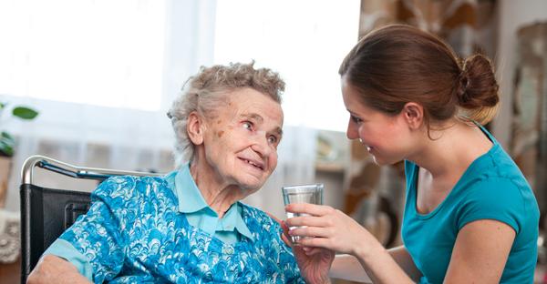 Vernepleier hjelper eldre