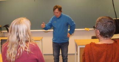 Ole Magnus Oterhals underviser vernepleierstudenter ved HIM